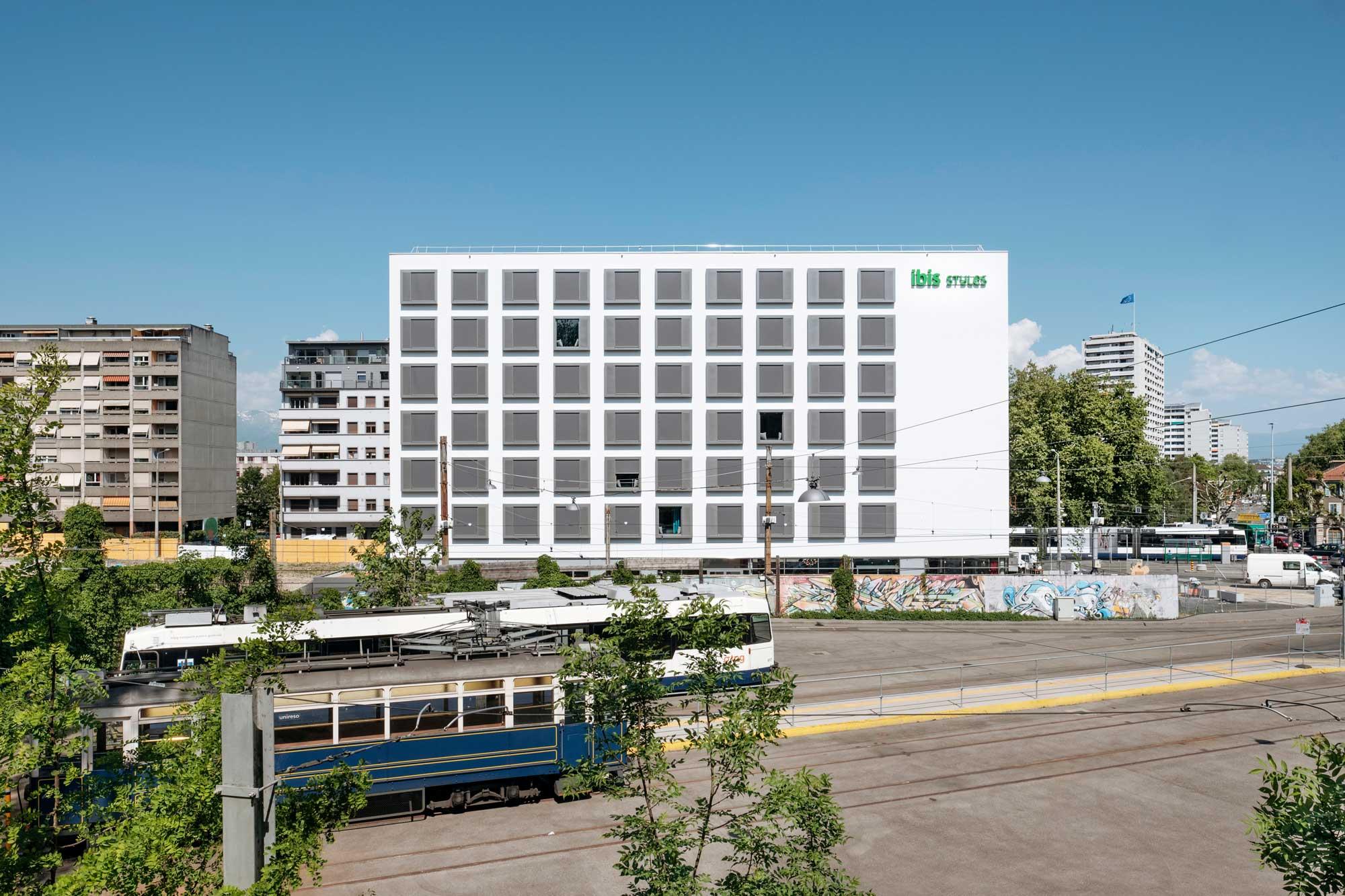 L'hôtel situé à l'entrée du Vieux-Carouge profite d'une situation centrale idéale.
