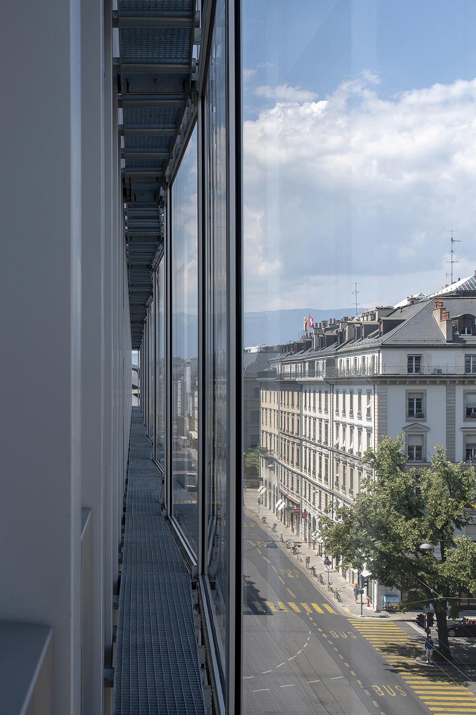 La rigueur répétitive et légèrement plissée de la double peau en verre, offre une lecture dématérialisée des reflets des bâtiments voisins dans la nouvelle façade.
