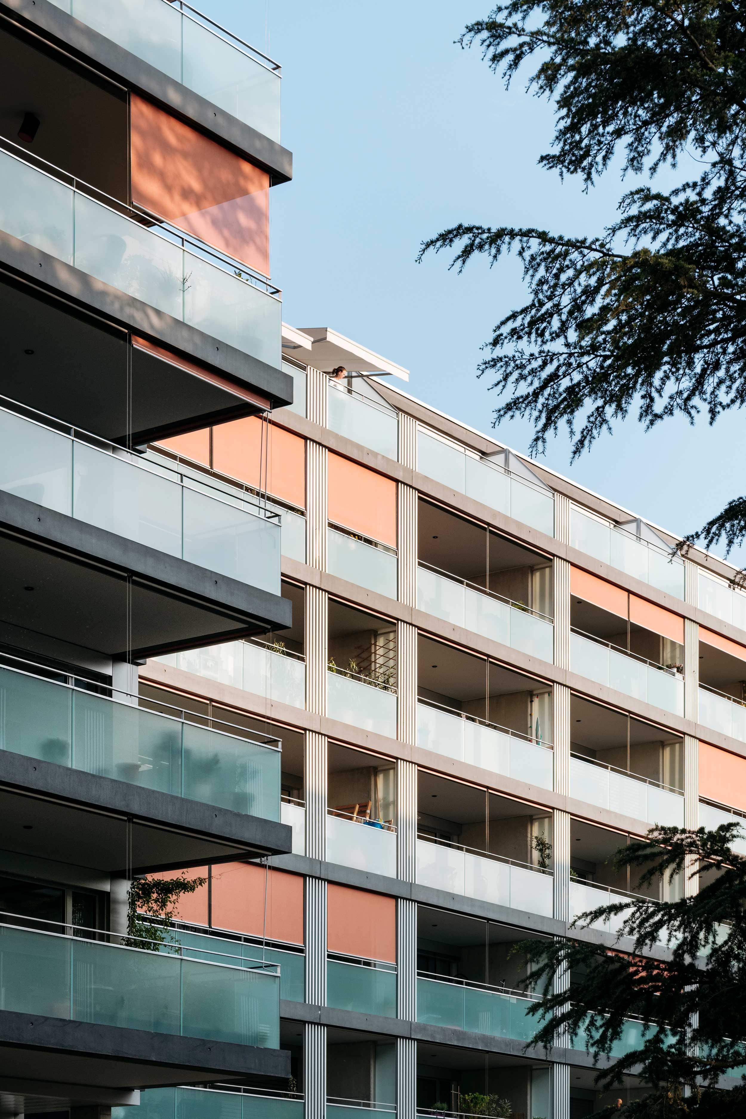 De grands balcons tout le long des façades s'ouvrent sur le paysage alentour.