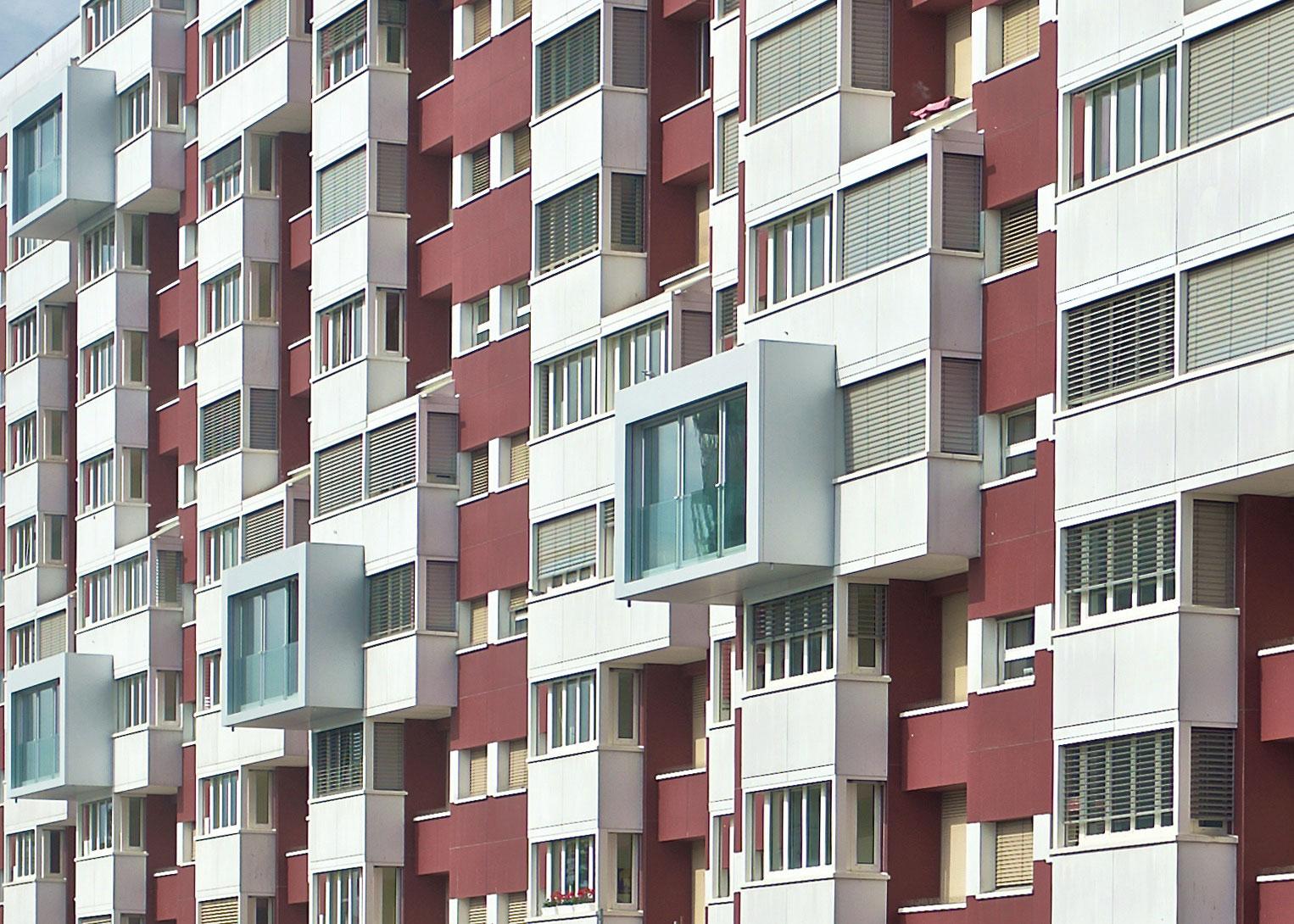 Dix lieux de vie sont aménagés dans des caissons en aluminium qui débordent des façades pour favoriser la sociabilité.